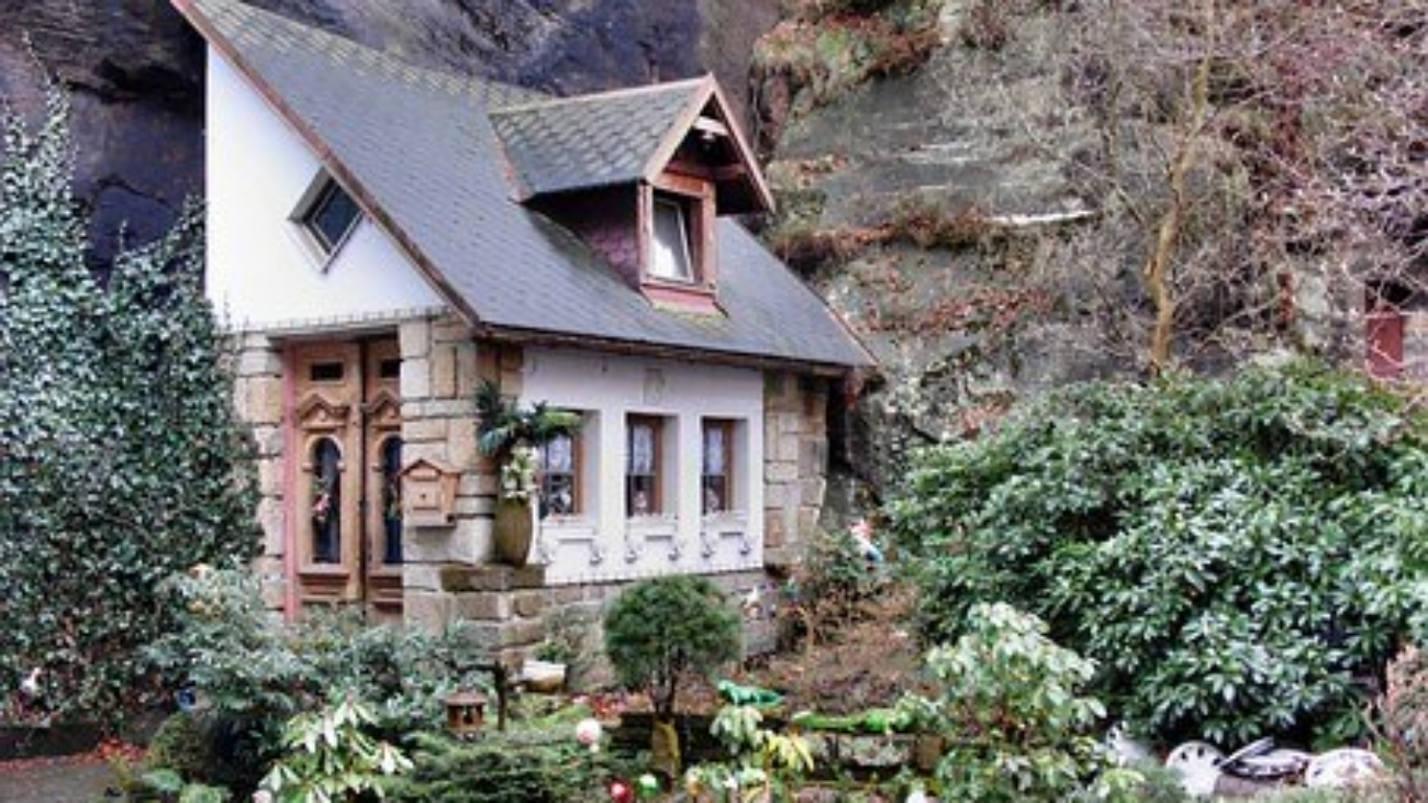 dwarf-house-92214__340