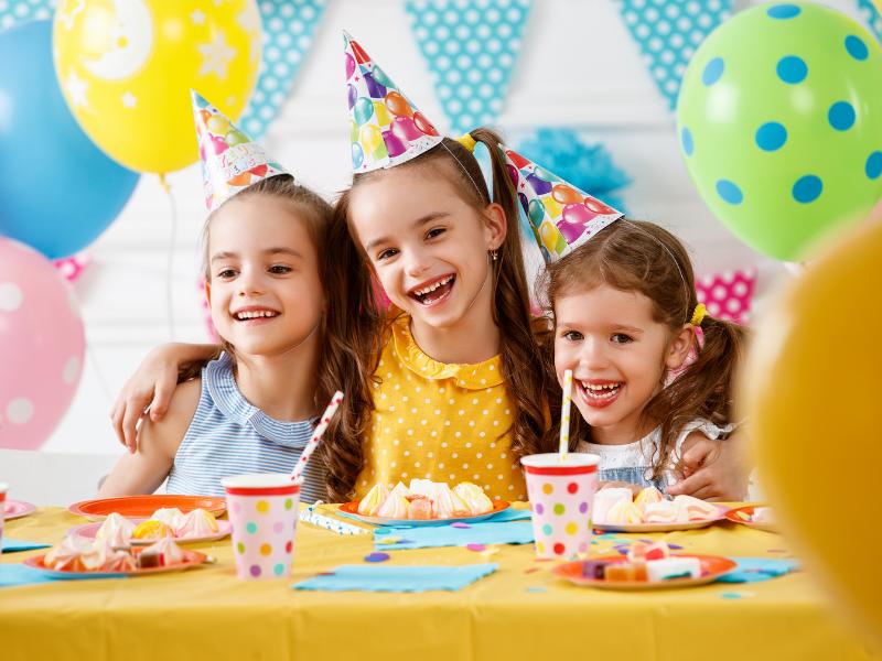 Pomysły i kulinarne inspiracje na udane przyjęcie urodzinowe dla dziecka.